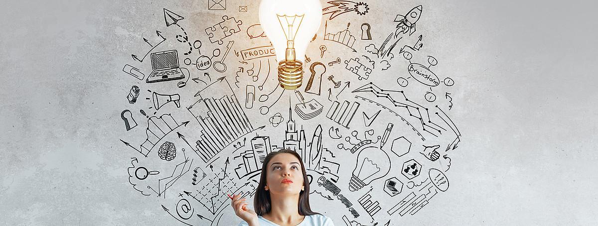 donna, lampada e disegni